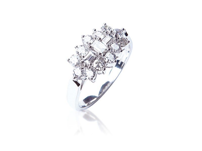 18ct White Gold ring with 1.00ct Diamonds.