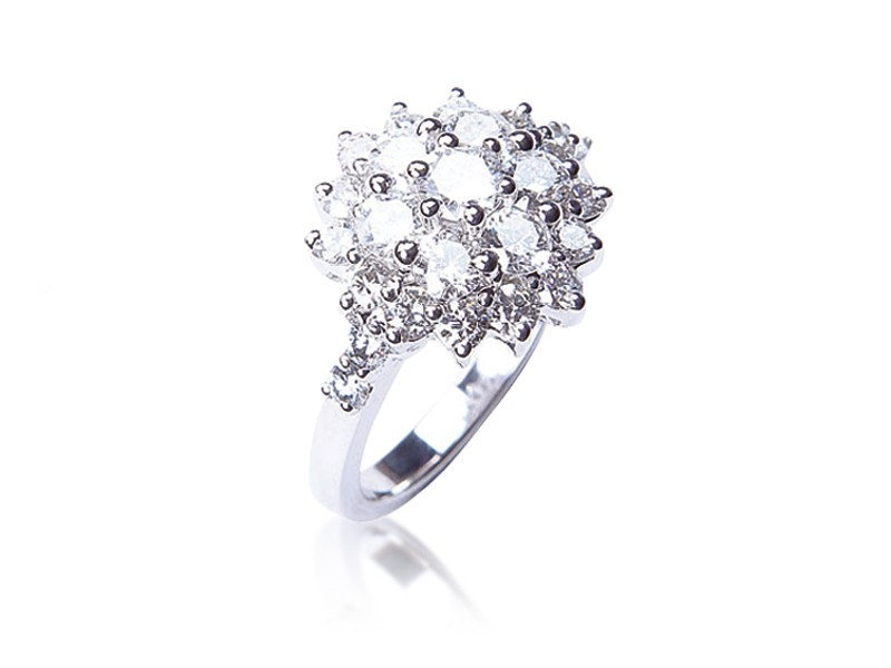 18ct White Gold ring with 2.30ct Diamonds.