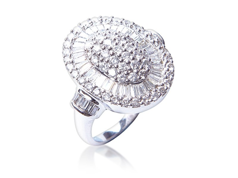 18ct White Gold ring with 2.10ct Diamonds.