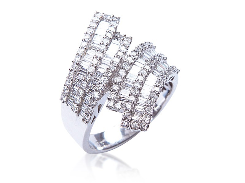 18ct White Gold ring with 1.65ct Diamonds.
