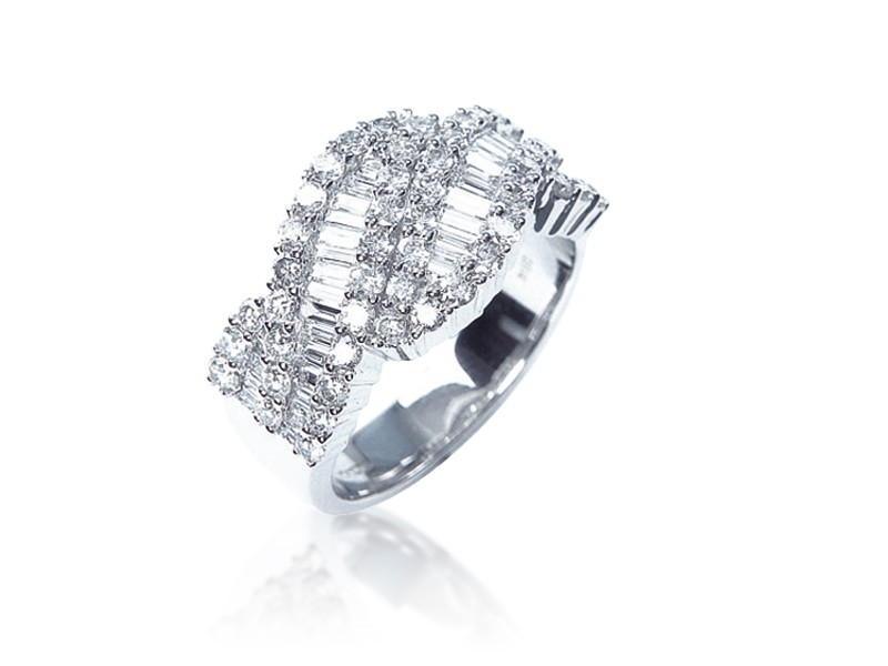 18ct White Gold ring with 1.60ct Diamonds.