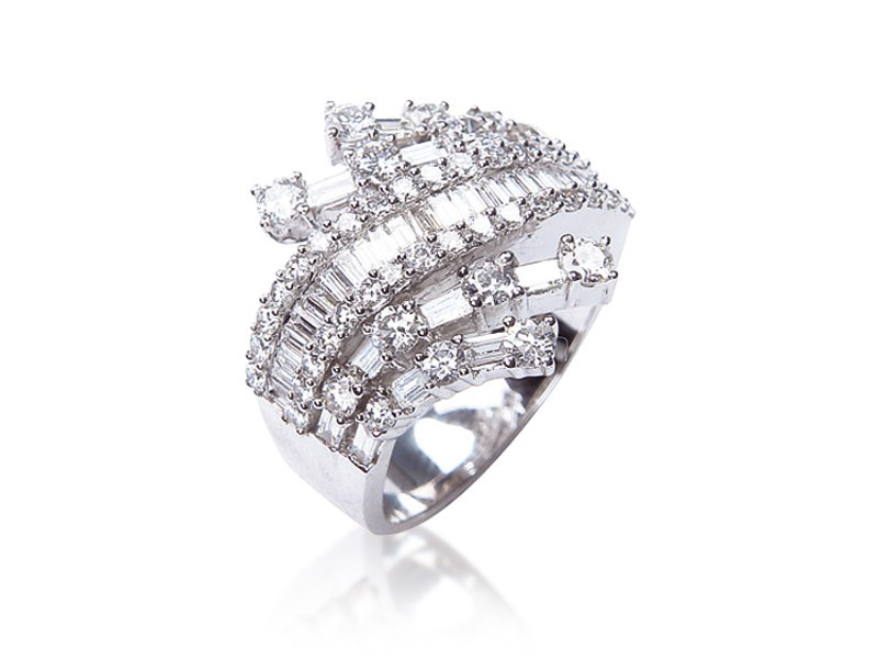 18ct White Gold ring with 2.20ct Diamonds.