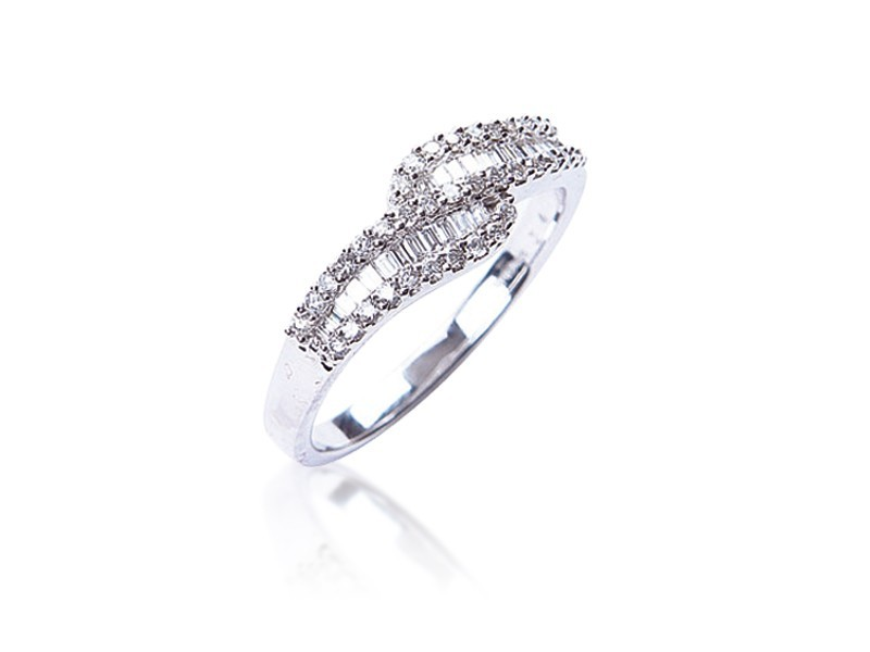 18ct White Gold ring with 0.42ct Diamonds.