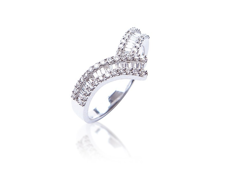 18ct White Gold ring with 0.45ct Diamonds.