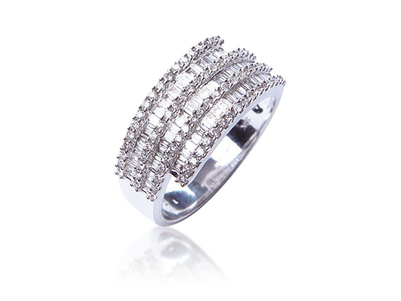 18ct White Gold ring with 0.85ct Diamonds.