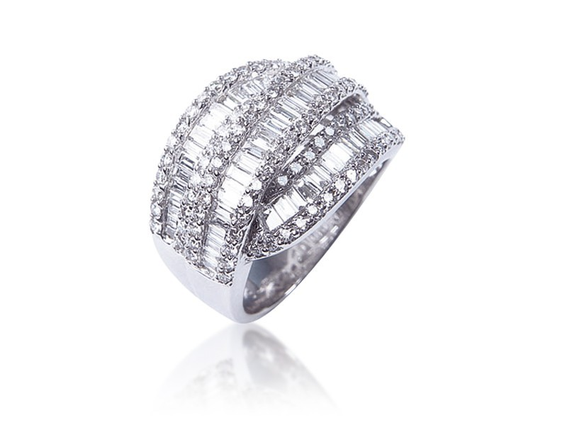 18ct White Gold ring with 1.90ct Diamonds.