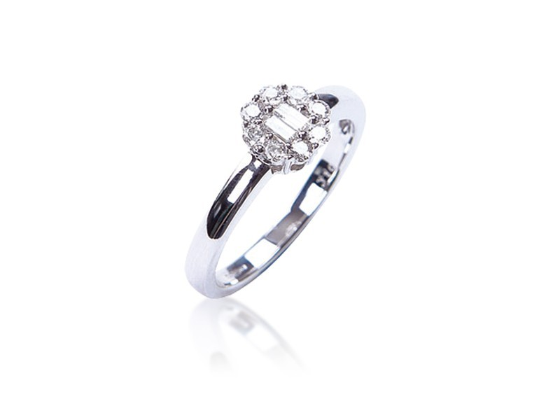 18ct White Gold ring with 0.25ct Diamonds.