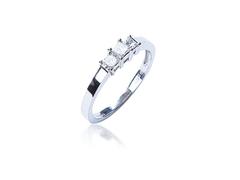 3 stone 18ct White Gold ring with 0.25ct Diamonds.