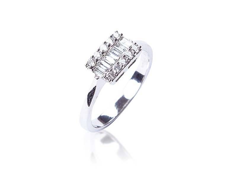 18ct White Gold ring with 0.35ct Diamonds.