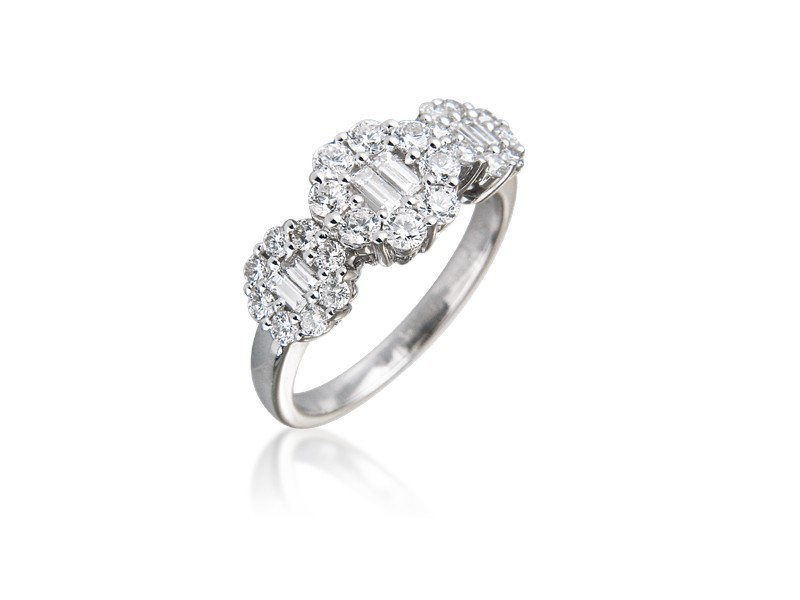 18ct White Gold ring with 0.95ct Diamonds.