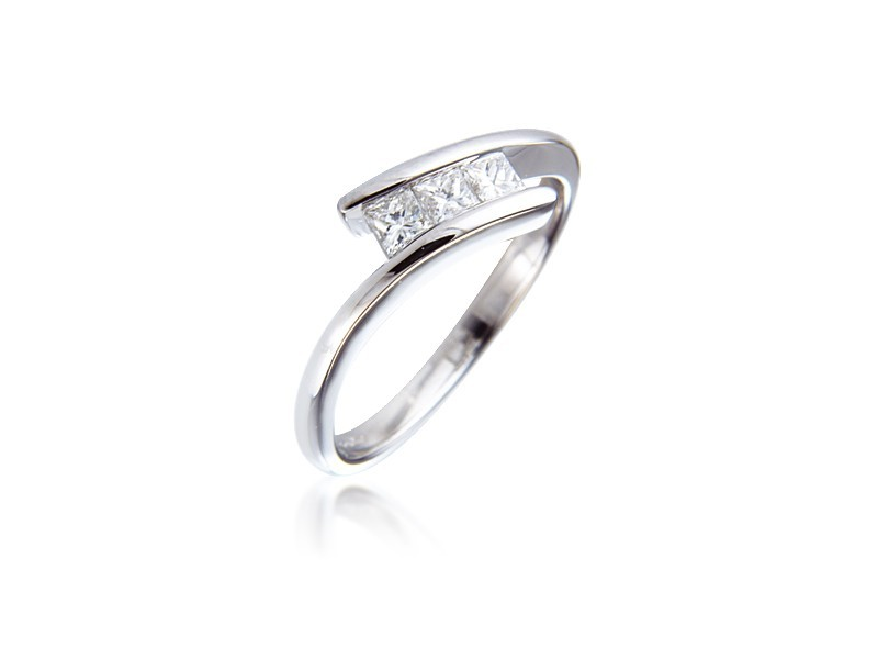 3 stone 18ct White Gold ring with 0.33ct Diamonds.