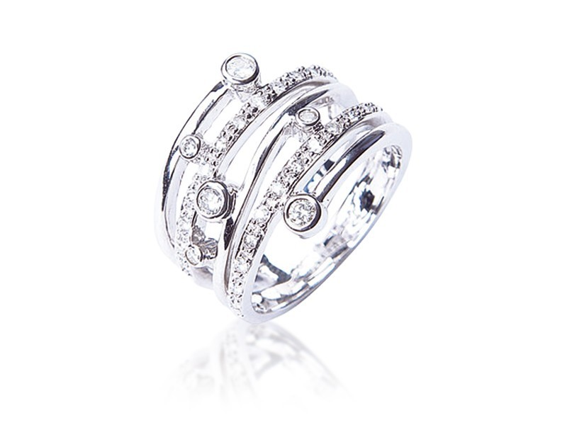 18ct White Gold ring with 0.37ct Diamonds.