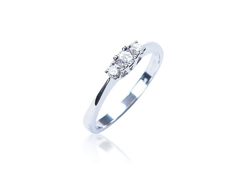3 stone 9ct White Gold ring with 0.25ct Diamonds.