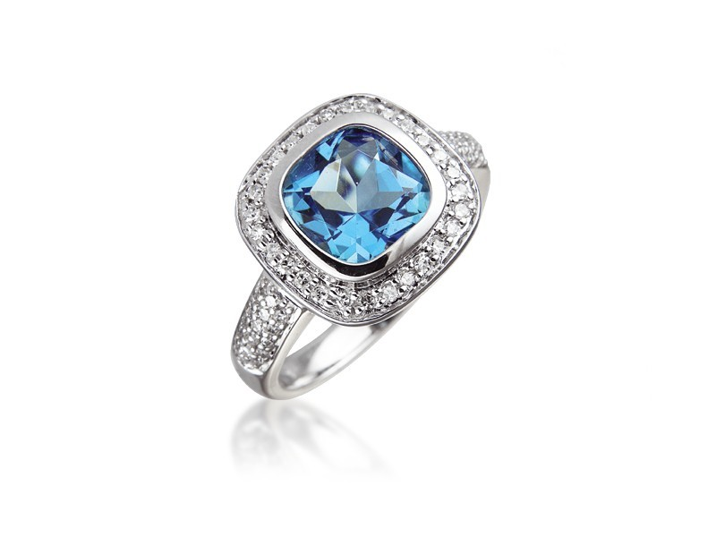 9ct White Gold ring set with Diamonds & 3.15ct Blue Topaz Centre Stone